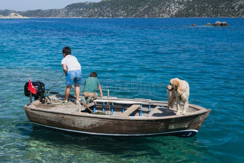 小船和狗的两个男孩 库存照片