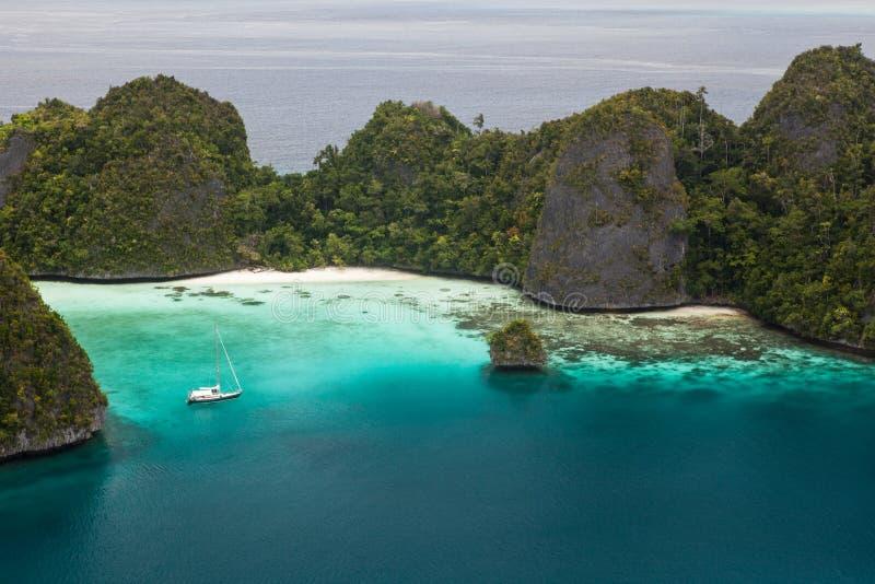 小船和遥远的石灰石海岛王侯的Ampat 免版税库存照片