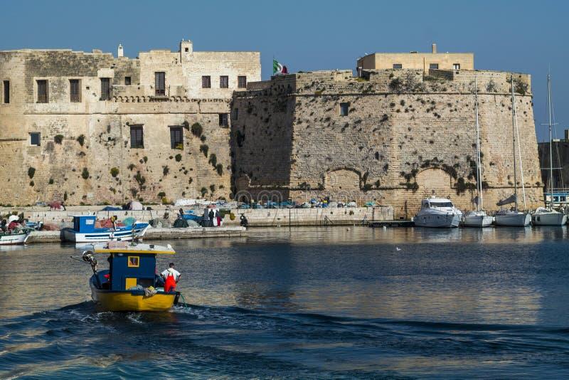 小船回到与城堡的口岸 图库摄影