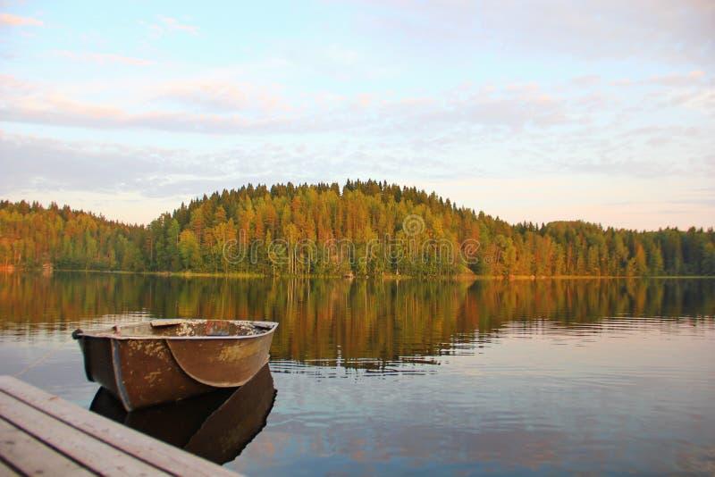 小船在一个木码头旁边被栓 库存图片