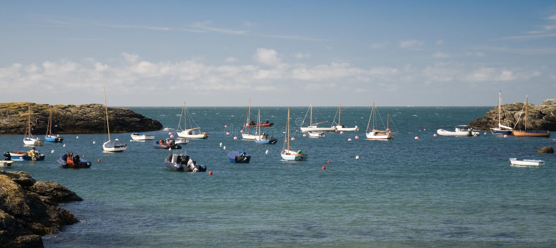 小船在一个海湾停泊了在安格尔西岛,威尔士 免版税库存照片