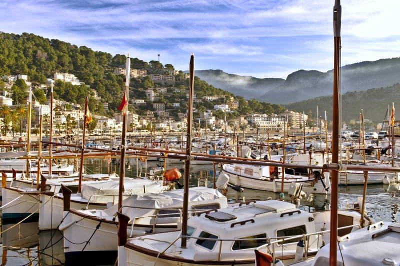 小船在与美丽的天空蔚蓝和有薄雾的小山,马略卡,西班牙的索勒口岸 免版税库存图片