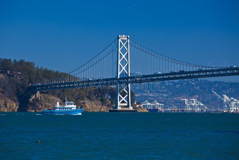 小船在奥克兰桥梁下,旧金山 库存照片
