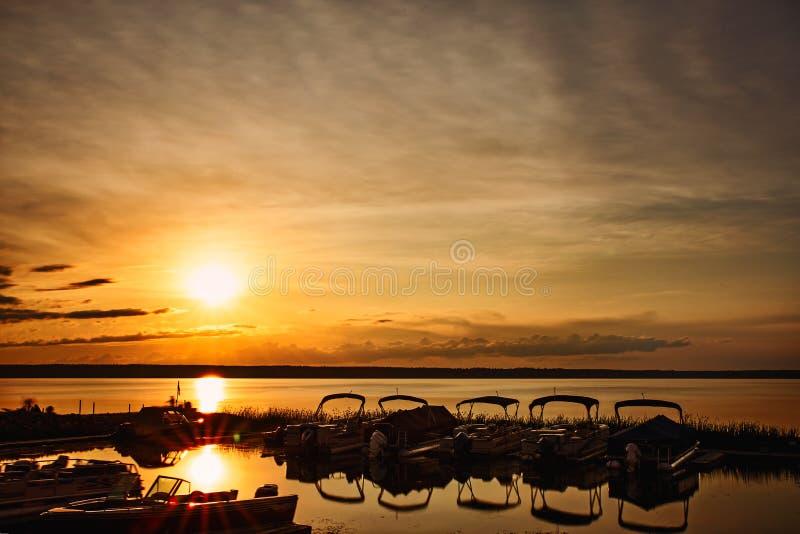 小船在日落的小游艇船坞 免版税库存图片