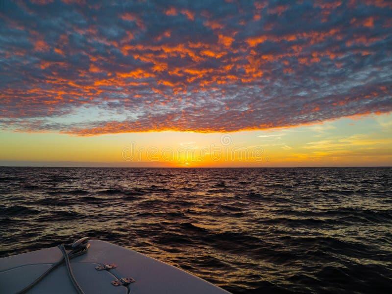小船在日落的港口 免版税库存照片