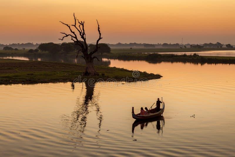 小船在日落的Taungthaman湖在曼德勒 免版税库存图片