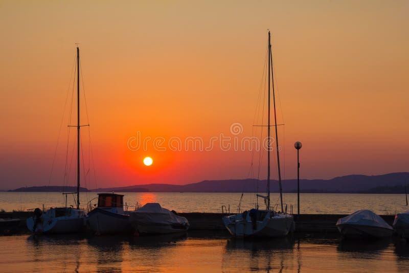 小船在日落的Trasimeno湖 翁布里亚 免版税库存图片