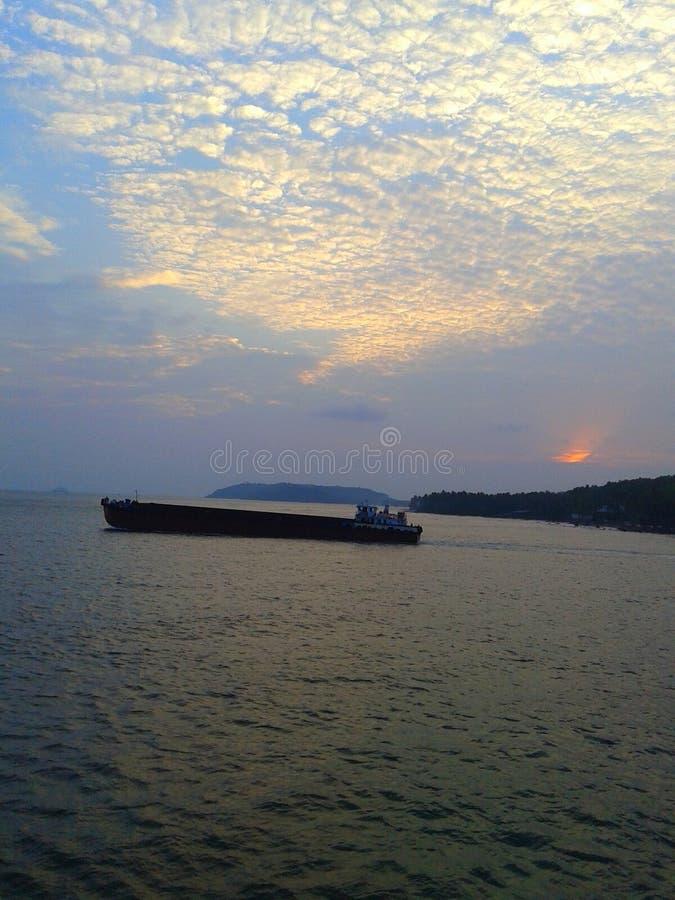 小船在有日落的海 免版税库存图片