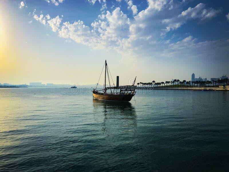 小船在有蓝天的海运 免版税图库摄影