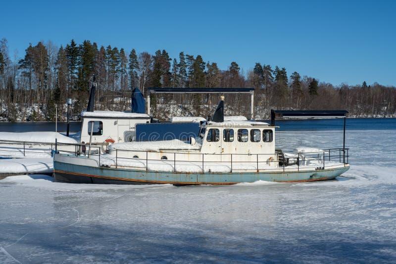 小船在水中在冰离开在冬天期间并且黏附了 免版税图库摄影