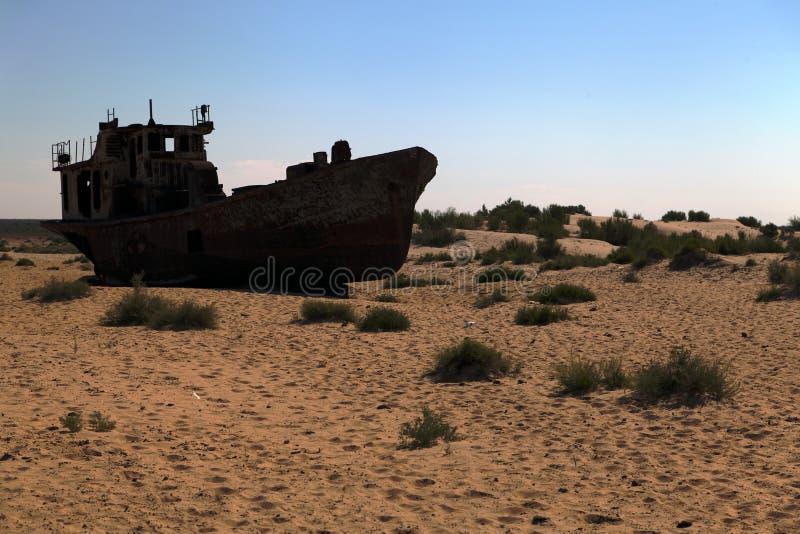 小船在沙漠-咸海 库存图片