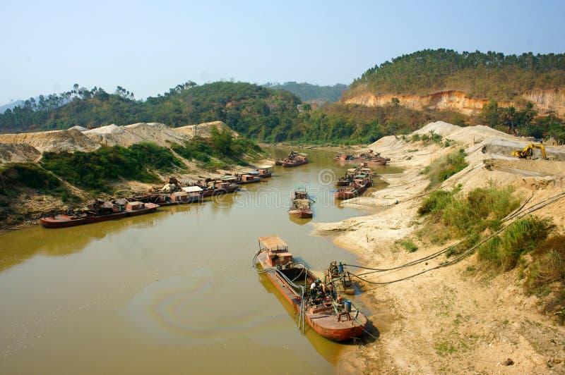 小船在河的expoit沙子 免版税库存图片