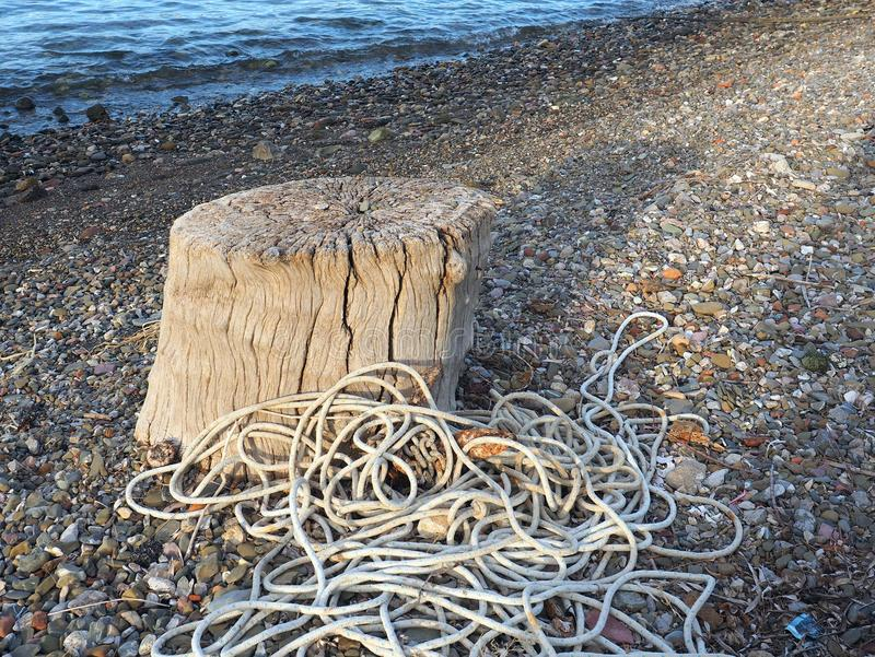 小船在海滩的停泊绳索 免版税库存图片