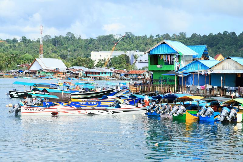 小船在渔夫村庄在曼诺瓦里 免版税库存图片