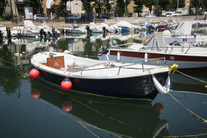 小船在港口港口停泊了在里米尼,意大利- 2017年6月21日 免版税库存图片