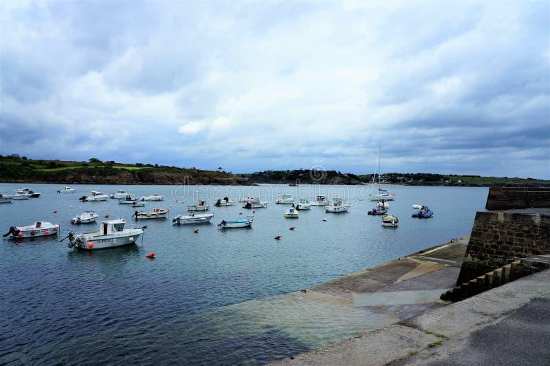 小船在港Manech布里坦尼法国欧洲小的港口  免版税库存照片
