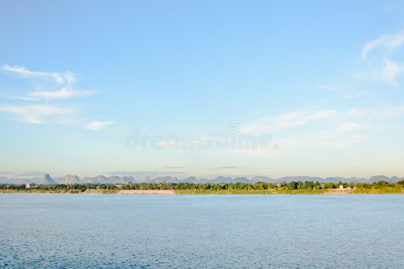 小船在湄公河对老挝人的Nakhonphanom泰国 免版税库存图片