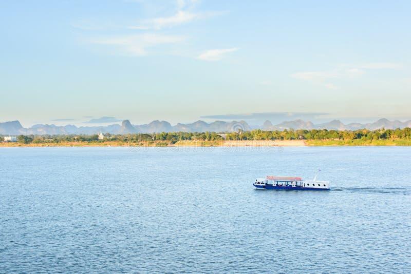 小船在湄公河对老挝人的Nakhonphanom泰国 免版税图库摄影