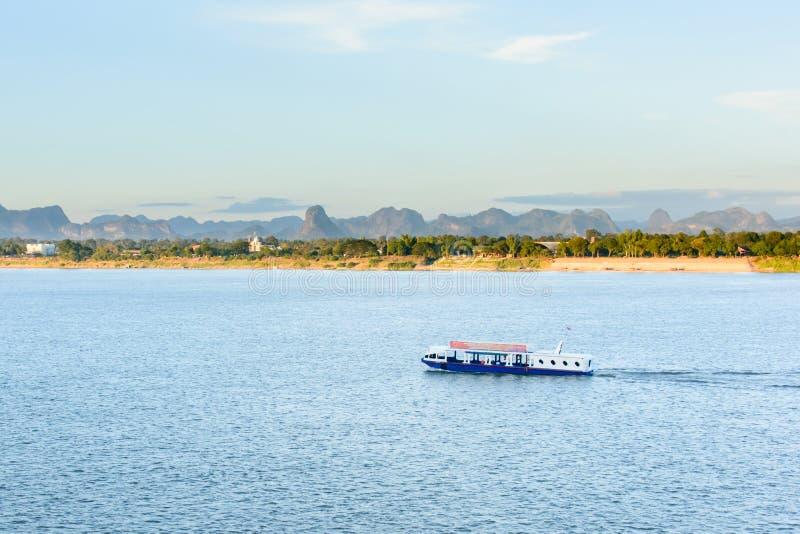 小船在湄公河对老挝人的Nakhonphanom泰国 库存图片