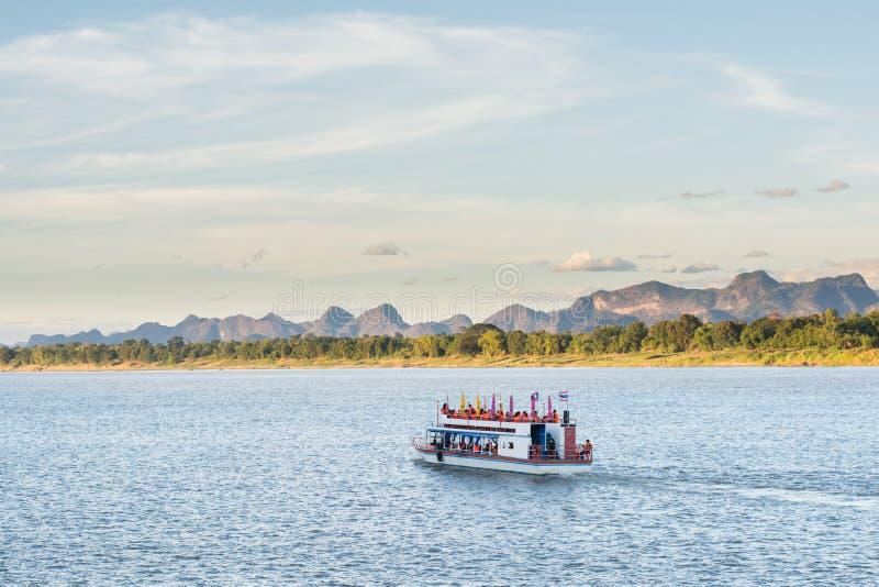 小船在湄公河对老挝人的Nakhonphanom泰国 库存照片