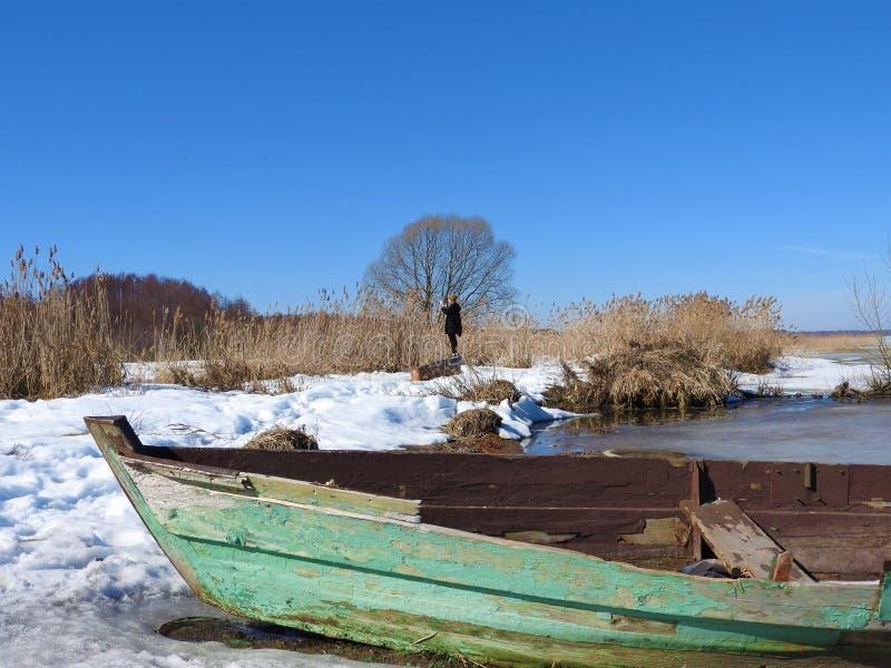 小船在湖Pleshcheyevo,佩列斯拉夫尔Zalessky,雅洛斯拉夫尔地区,俄罗斯岸的冬天在一个晴天 免版税图库摄影