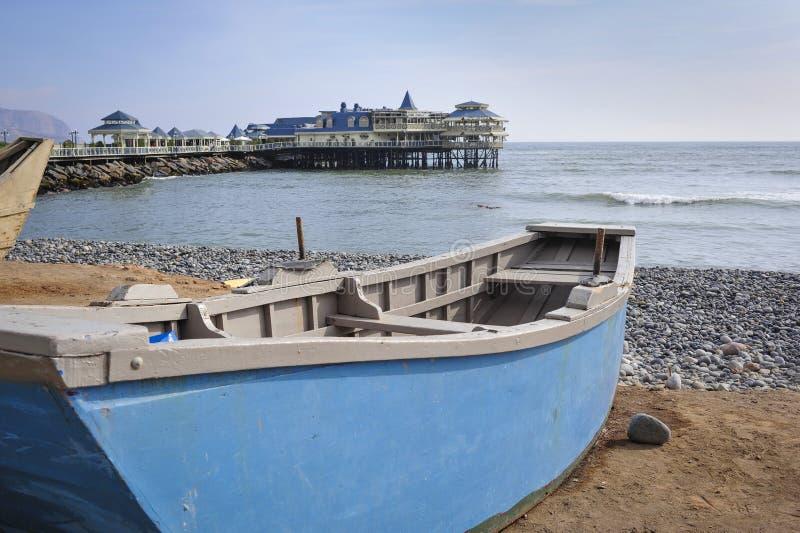 小船在米拉弗洛雷斯区吃了海滩在利马 图库摄影