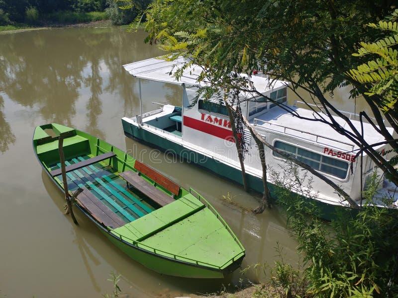小船在精纺毛筛绢,潘切沃,塞尔维亚河  免版税库存图片