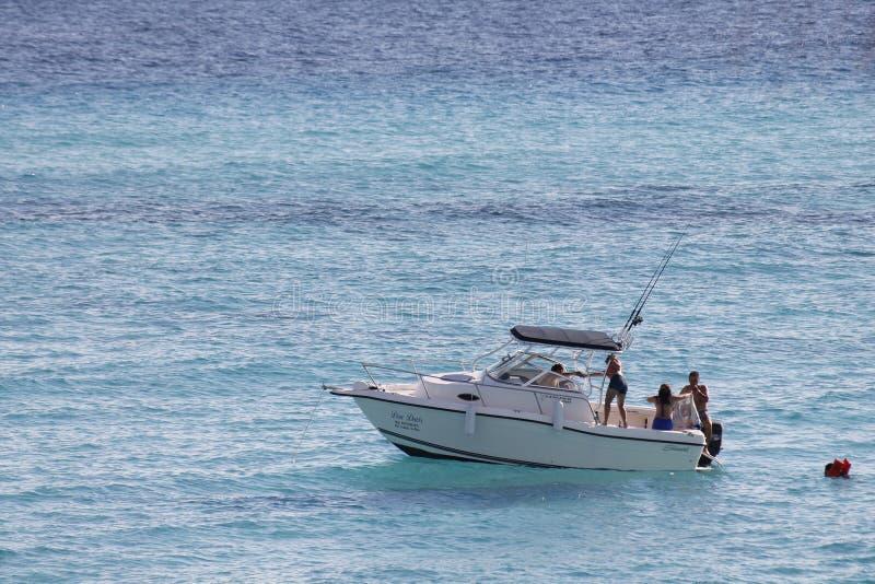 小船在绿松石海在伊斯拉穆赫雷斯岛 库存图片