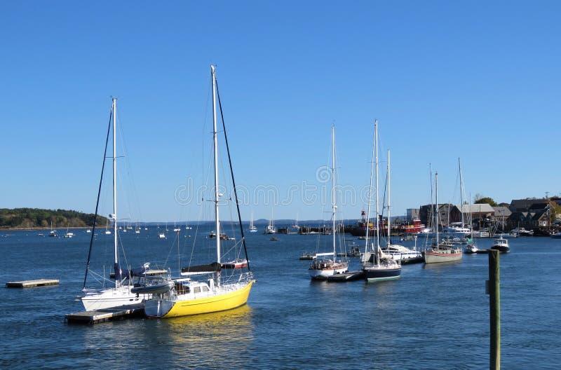 小船在缅因港口 库存图片