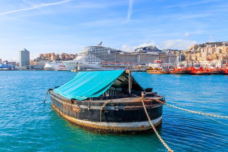 小船在背景游轮的公平的港口在意大利港口热那亚 免版税库存图片