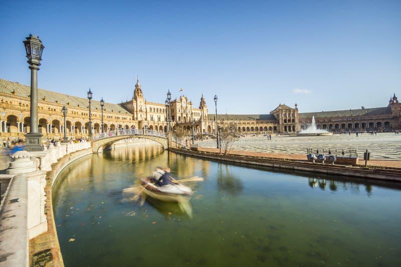 小船在西班牙广场或Plaza de西班牙,塞维利亚,安大路西亚,温泉 免版税库存图片