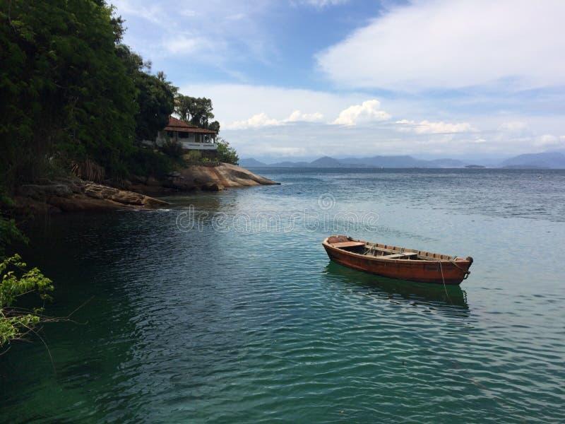 小船在重创的Ilha, Angra dos Reis 库存照片