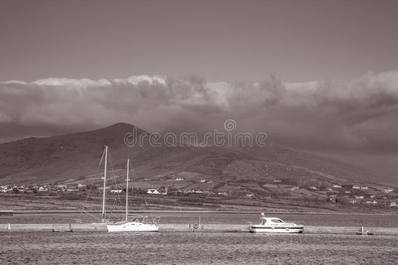 小船在骑士的镇,瓦伦西亚岛港口;爱尔兰 免版税库存图片