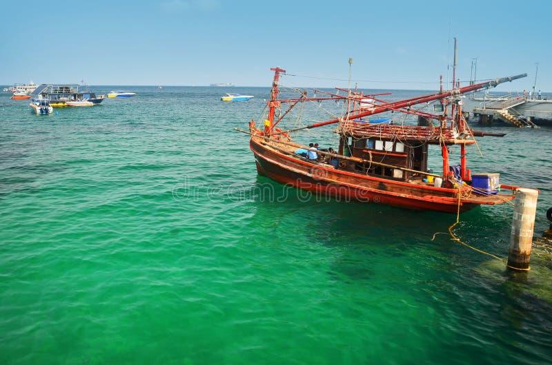 小船在绿浪水,泰国中 免版税库存照片