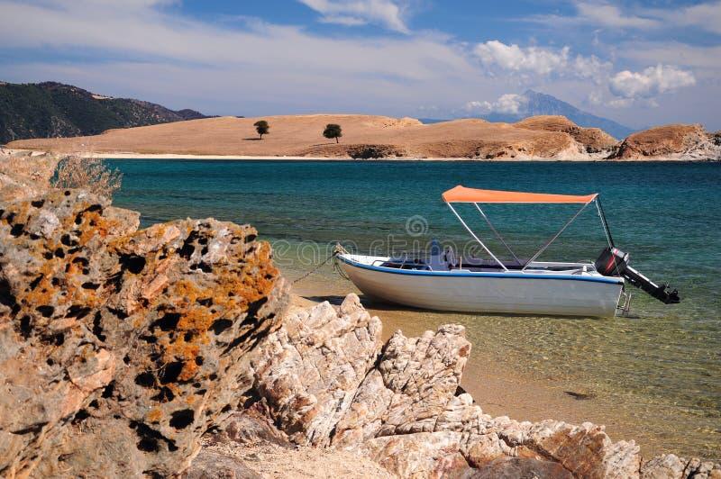 小船在Ammouliani海岛停放了, Halkidiki,希腊大海盐水湖  库存图片