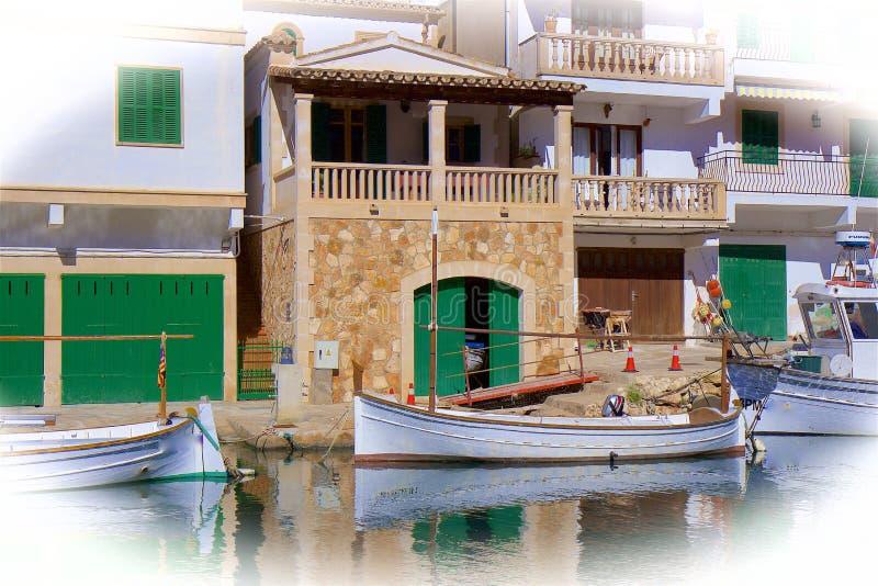小船在Cala菲格拉,马略卡 库存照片