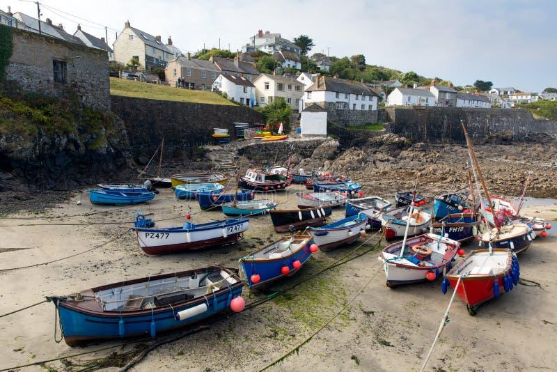 小船在Coverack怀有蜥蜴遗产海岸的西南英格兰康沃尔郡英国英国沿海渔村 免版税图库摄影