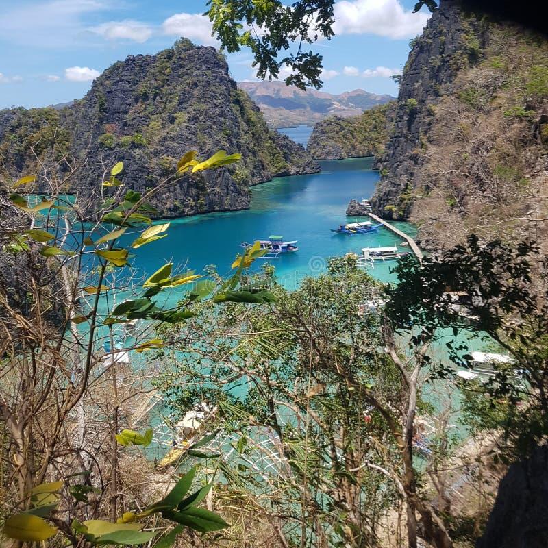 小船在Kayangan湖Coron巴拉旺岛的码头 库存照片