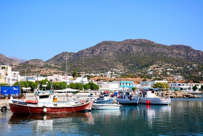 小船在Makrigialos港口,克利特 免版税库存照片