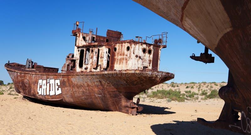 小船在Moynaq -咸海或Aral湖附近的沙漠-乌兹别克斯坦-亚洲 图库摄影