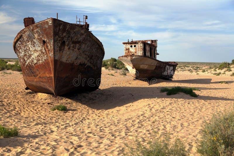 小船在Moynaq -咸海或Aral湖附近的沙漠-乌兹别克斯坦-亚洲 免版税图库摄影