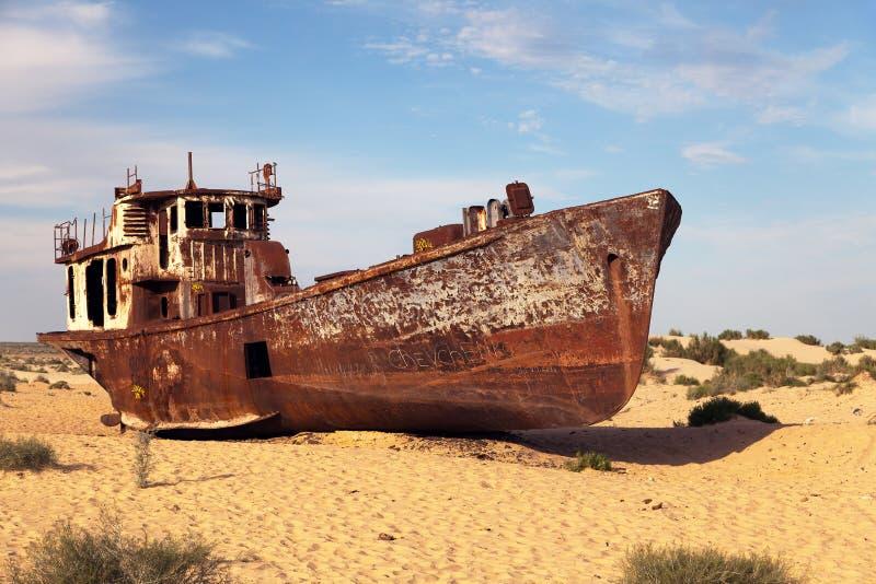 小船在Moynaq -咸海或Aral湖附近的沙漠-乌兹别克斯坦-亚洲 免版税库存图片