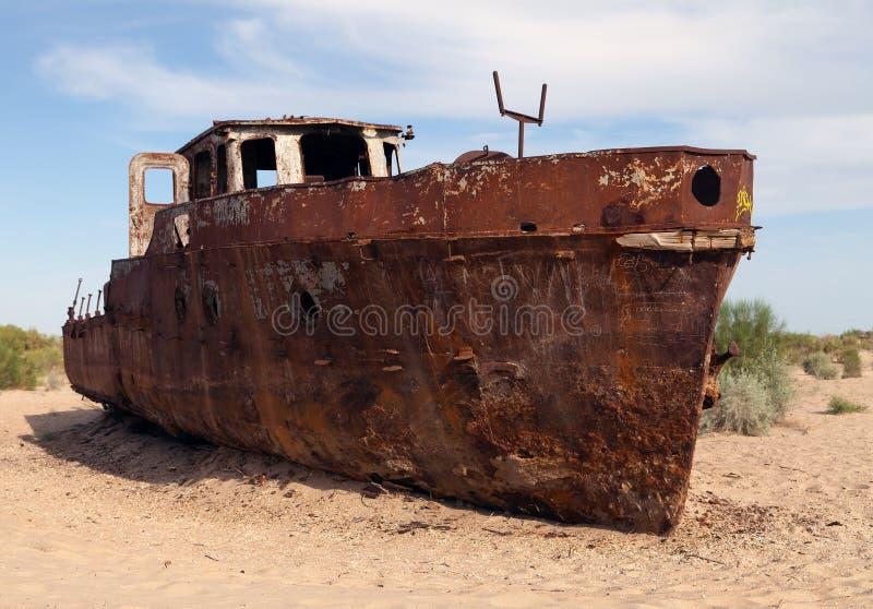 小船在Moynaq -咸海附近的沙漠 库存照片