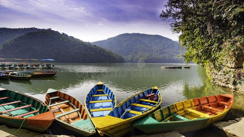 小船在Phewa湖博克拉尼泊尔 免版税图库摄影