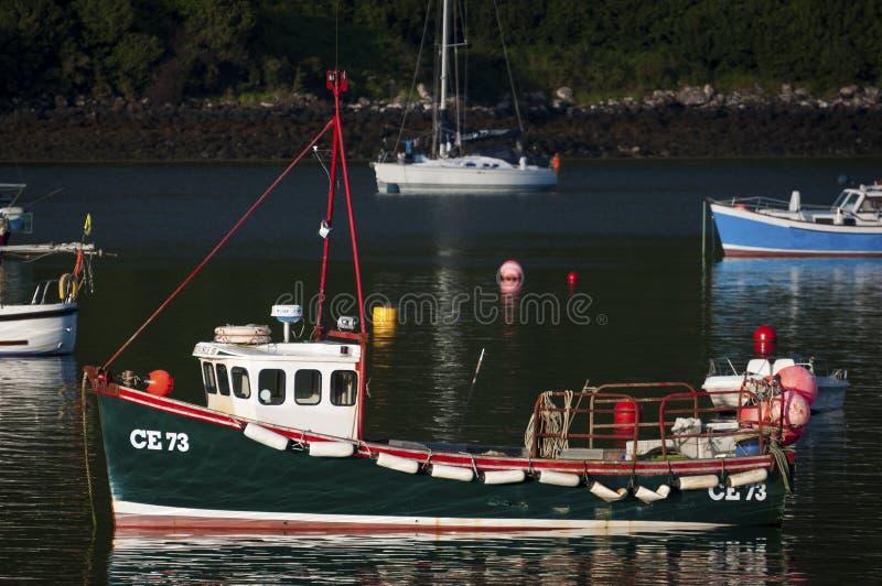小船在Portree镇的港口在斯凯岛海岛在苏格兰,英国 库存照片