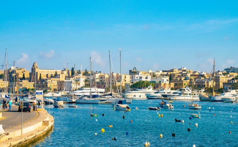 小船在Spinola海湾停放了在瓦莱塔,马耳他附近 免版税图库摄影