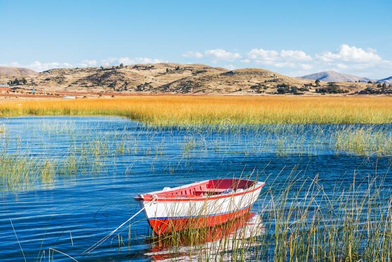 小船在Titicaca湖普诺的秘鲁秘鲁安地斯 库存图片