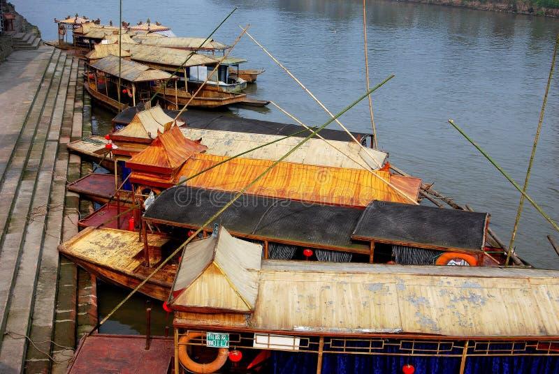 小船基于瓷平面的黄长的河XI 免版税库存照片