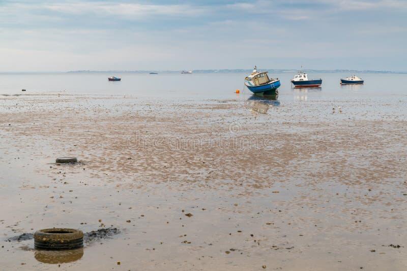 小船处于低潮中在泰晤士河的岸 库存图片