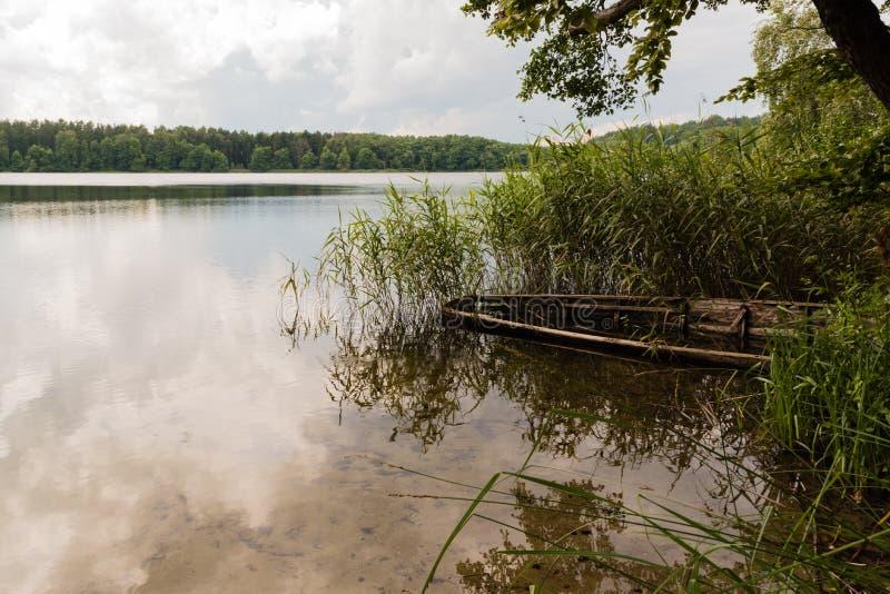 小船失事船只在水中 库存照片